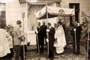 Boże Ciało w Rozmierce w 1987 r. Przy baldachimie: Jerzy Cichoń (1931 - 1999), Paweł Krupa, Alfred Zimoń, Antoni Oczko (1934 - 2006)
