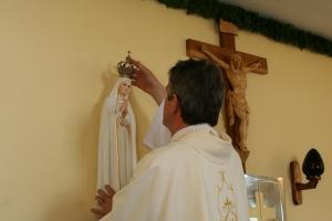 Ks. Józef Szklorz koronuje Matkę Boską Fatimską. Rok 2009.