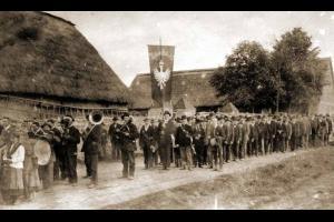 """Alojzy Szulc z sztandarem """"Tobie Polsko"""" 3 maja 1920 r."""