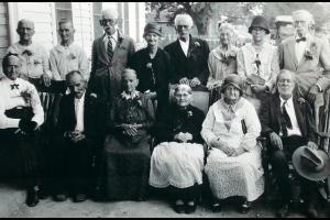 Bandera (Teksas),  ok. 1930 roku   Od lewej stoją: Annie Haiduk, Mary Anderwald, Joe Anderwald, Josephine Pyka z d. Knappik (1852 ? 1938), John Pyka (1848 ? 1936), Francis Moravietz, Mary   Anderwald  z d. Moravietz (zm. 1935r.)   i  Gabriel Anderwald (1851 ? 1943) ? ślub 1881 roku. W 1931 r. obchodzili 50 lat pożycia małżeńskiego.   Siedzą od lewej: Annie Anderwald, Coustian Dugosh (1850 ? 1936), Agnes Dugosh z d. Halamunda (zm. 1935r.), Constantina Adamietz  z d. Pyka (1846 ? 1931), Rose Jureczki z d. Hai