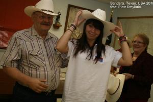 Wręczenie kapeluszy kowbojskich przez burmistrza Horsta Pallaske. Bandera 2010 rok.