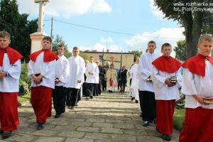 Procesja dziękczynna z Przenajświętszym wokół kościoła