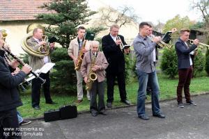 Orkiestra gra na placu kościelnym