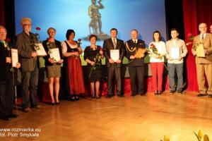 Listy Gratulacyjne i kwiaty odbierają nominowani do nagrody Laura Strzeleckiego