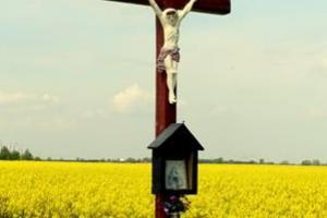 Udekorowany krzyż drewniany na Podborzanach w dniu kanonizacji