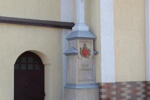 Krzyż przy kapliczce, ul. Strzelecka