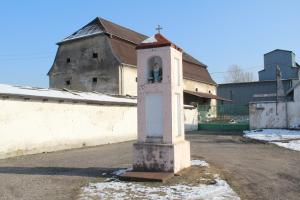 Kapliczka przed byłym folwarkiem Pulov