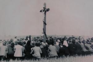 Krzyż na Pasterniku. Nabożeństwo odprawiane przez ks. Alojzego Budnioka z udziałem licznych wiernych. Lata 60-te XX wieku.
