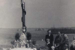 Poświęcony nowy drewniany krzyż na Pasterniku. Lata 60-te XX wieku.