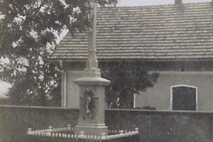 Krzyż przy skrzyżowaniu ulic Strzeleckiej i Polnej. Rok 1975
