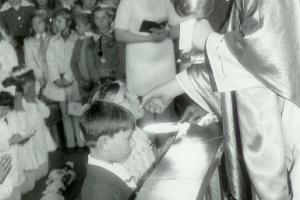 ks. Alojzy Budniok (1923 - 1975) podczas uroczystości I Komunii Świętej w 1974 r.