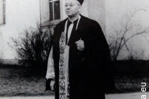 ks. Franz Kurtz (1903 - 1966) przed kościołem w Rozmierzy