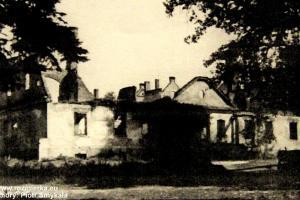 Wypalony pałac w Kalinowicach przez Sowietów w styczniu 1945 r.