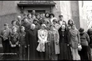 Uczestnicy pielgrzymki do Barda Śląskiego z ks. Emanuelem Kostką - rok 1978