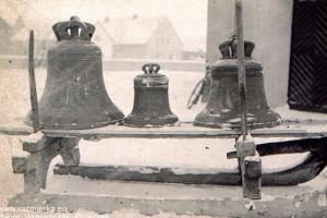 Zdemontowane trzy dzwony - luty 1942 r.