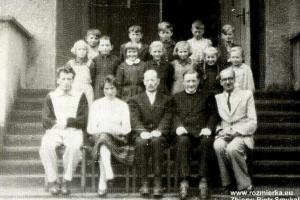 Od lewej siedzą: Stefan Świtała, Mieczysława Świtała, Mieczysław Chojnacki, ks. Alojzy Budniok